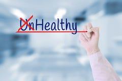 Το γράψιμο χεριών γιατρών ανθυγειινό, υγιής με το δείκτη επάνω στην οπτική οθόνη πέρα από την πράσινη φύση θόλωσε το υπόβαθρο Στοκ Εικόνες