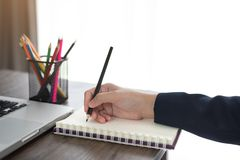 Το γράψιμο χεριών επιχειρησιακών γυναικών ή παίρνει τη σημείωση για το βιβλίο στην αρχή Στοκ Εικόνες