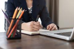 Το γράψιμο χεριών επιχειρησιακών γυναικών ή παίρνει τη σημείωση για το βιβλίο στην αρχή Στοκ Φωτογραφίες