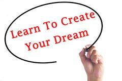 Το γράψιμο χεριών μαθαίνει να δημιουργεί το όνειρό σας στο διαφανή πίνακα Στοκ Εικόνες