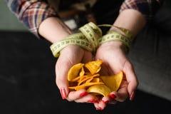 Το γρήγορο φαγητό τσιμπά την κακή γυναίκα συνήθειας διατροφής που τρώει τα τσιπ Στοκ φωτογραφίες με δικαίωμα ελεύθερης χρήσης