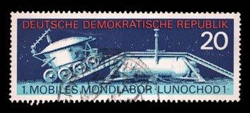 Το γραμματόσημο που τυπώνεται στην Ανατολική Γερμανία παρουσιάζει σοβιετική μηχανή Lunokhod φεγγαριών - 1 Στοκ Εικόνες
