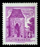 Το γραμματόσημο που τυπώνεται στην Αυστρία παρουσιάζει πύλη της Βιέννης, Hainburg Στοκ Εικόνες