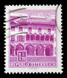 Το γραμματόσημο που τυπώνεται στην Αυστρία παρουσιάζει σπίτι Kornmesser, Bruck στο MUR στοκ φωτογραφία
