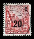 Το γραμματόσημο που τυπώνεται στην ΟΔΓ, παρουσιάζει λεωφόρο του Στάλιν με την επιγραφή Βερολίνο, λεωφόρος του Στάλιν Στοκ φωτογραφίες με δικαίωμα ελεύθερης χρήσης