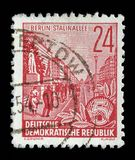 Το γραμματόσημο που τυπώνεται στην ΟΔΓ, παρουσιάζει λεωφόρο του Στάλιν Στοκ εικόνες με δικαίωμα ελεύθερης χρήσης