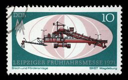Το γραμματόσημο που τυπώνεται στην ΟΔΓ παρουσιάζει τη συντριβή και εγκαταστάσεις μεταφορέων, Magdeburg, Λειψία έκθεση στοκ φωτογραφίες με δικαίωμα ελεύθερης χρήσης