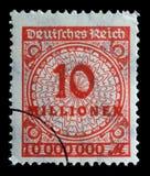 Το γραμματόσημο που τυπώνεται στην Ομοσπονδιακή Δημοκρατία της Γερμανίας παρουσιάζει εικόνα των υπερβολικών διογκωμένων αριθμών Στοκ Εικόνες