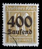 Το γραμματόσημο που τυπώνεται στην Ομοσπονδιακή Δημοκρατία της Γερμανίας παρουσιάζει εικόνα των υπερβολικών διογκωμένων αριθμών Στοκ εικόνες με δικαίωμα ελεύθερης χρήσης
