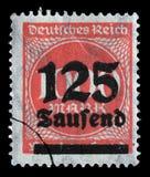 Το γραμματόσημο που τυπώνεται στην Ομοσπονδιακή Δημοκρατία της Γερμανίας παρουσιάζει εικόνα των υπερβολικών διογκωμένων αριθμών Στοκ φωτογραφία με δικαίωμα ελεύθερης χρήσης