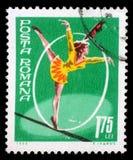Το γραμματόσημο που τυπώνεται στη Ρουμανία παρουσιάζει περπάτημα σχοινιών σχοινοβασίας Στοκ φωτογραφία με δικαίωμα ελεύθερης χρήσης