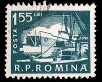 Το γραμματόσημο που τυπώνεται στη Ρουμανία, παρουσιάζει τη φόρτωση του σκάφους στο λιμένα Στοκ εικόνες με δικαίωμα ελεύθερης χρήσης