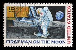 Το γραμματόσημο που τυπώνεται στις ΗΠΑ παρουσιάζει αστροναύτη Neil Armstrong στο φεγγάρι στοκ εικόνες