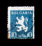 Το γραμματόσημο της Βουλγαρίας παρουσιάζει κάλυψη των όπλων, έμβλημα λιονταριών, circa το 1945 Στοκ Εικόνες