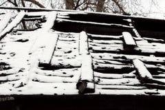 Το γραπτό χιονώδες εγκαταλειμμένο έγκαυμα φωτογραφιών βάζει φωτιά έξω στο ξύλινο σπίτι Στοκ φωτογραφία με δικαίωμα ελεύθερης χρήσης