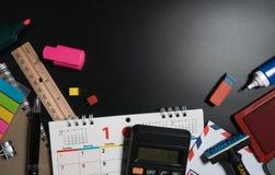 Το γραφείο γραφείων γραμματέων με τον εξοπλισμό γραμματέων για το σχέδιο και διαχειρίζεται το χρόνο Στοκ εικόνες με δικαίωμα ελεύθερης χρήσης