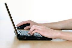 το γραφείο δίνει netbook το γρα& Στοκ Εικόνες
