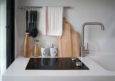 Το γραφείο κουζινών στην ξυλεία που τοποθετείται σε στρώματα τελειώνει με τη στερεά επιφάνεια στοκ εικόνες