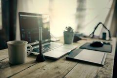 Το γραφείο συντακτών για το βίντεο έκδοσης εργασίας στο γραφείο παρέχει το lap-top Στοκ εικόνες με δικαίωμα ελεύθερης χρήσης