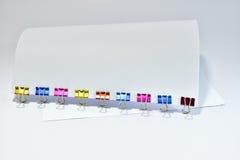 Το γραφείο συνδετήρων συνδέσμων μετάλλων χρώματος παρέχει τους συνδετήρες εγγράφου Στοκ εικόνες με δικαίωμα ελεύθερης χρήσης