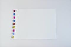 Το γραφείο συνδετήρων συνδέσμων μετάλλων χρώματος παρέχει τους συνδετήρες εγγράφου Στοκ Εικόνες