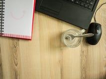 Το γραφείο, το lap-top, το κόκκινοι σημειωματάριο και ο καφές κοιλαίνουν στον πίνακα την εργάσιμη ημέρα Στοκ φωτογραφίες με δικαίωμα ελεύθερης χρήσης