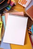 Το γραφείο φοιτητών πανεπιστημίου με το κενό γράψιμο κρατά ή σημειωματάριο, διάστημα αντιγράφων, κάθετο στοκ εικόνα