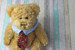 Το γραφείο teddy αφορά στο πουκάμισο και το δεσμό το αγροτικό υπόβαθρο Στοκ φωτογραφία με δικαίωμα ελεύθερης χρήσης