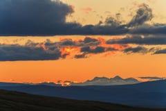Το γραφικό βουνό στο υπόβαθρο του ηλιοβασιλέματος Στοκ Εικόνες