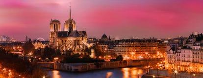 Το γραφικό ηλιοβασίλεμα πέρα από τον καθεδρικό ναό της Notre Dame, Παρίσι, Γαλλία Στοκ Εικόνες