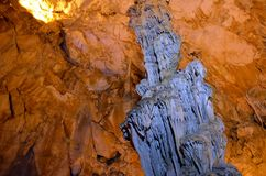 Το γραφικό καρστ σπηλιών Ispingoli είναι φωτισμένο για τους τουρίστες Σαρδηνία Στοκ Φωτογραφίες