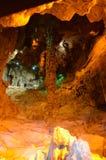 Το γραφικό καρστ σπηλιών Ispingoli είναι φωτισμένο για τους τουρίστες Ιταλία Στοκ φωτογραφία με δικαίωμα ελεύθερης χρήσης