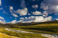 Το γραφικό τοπίο με τα βουνά Στοκ εικόνα με δικαίωμα ελεύθερης χρήσης