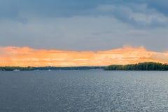 Το γραφικό τοπίο ποταμών στο ηλιοβασίλεμα Ο ποταμός του Βόλγα, πόλη της Samara, Ρωσία στοκ φωτογραφίες