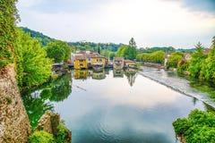 Το γραφικό χωριό στην όχθη ποταμού, Borghetto sul Mincio, Βερόνα, Ιταλία, αυτό είναι ένα χωριουδάκι του δήμου Valeggio SU στοκ εικόνες