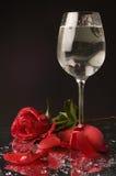 το γυαλί αυξήθηκε κρασί ύδατος στοκ φωτογραφία με δικαίωμα ελεύθερης χρήσης