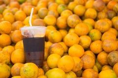 Το γυαλί του κρύου παρασκευάζει τον καφέ στο πορτοκαλί υπόβαθρο φρούτων στοκ φωτογραφία με δικαίωμα ελεύθερης χρήσης
