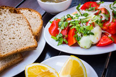 το γυαλί κερασιών λάχανων ανασκόπησης απομόνωσε το ωοειδές λευκό λαχανικών ντοματών ντοματών σαλάτας πιάτων μαρουλιού Στοκ Εικόνα