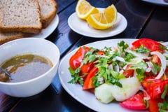 το γυαλί κερασιών λάχανων ανασκόπησης απομόνωσε το ωοειδές λευκό λαχανικών ντοματών ντοματών σαλάτας πιάτων μαρουλιού Στοκ φωτογραφία με δικαίωμα ελεύθερης χρήσης
