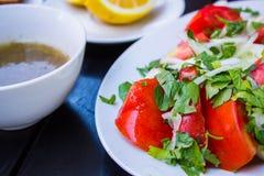 το γυαλί κερασιών λάχανων ανασκόπησης απομόνωσε το ωοειδές λευκό λαχανικών ντοματών ντοματών σαλάτας πιάτων μαρουλιού Στοκ Εικόνες