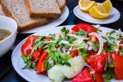 το γυαλί κερασιών λάχανων ανασκόπησης απομόνωσε το ωοειδές λευκό λαχανικών ντοματών ντοματών σαλάτας πιάτων μαρουλιού Στοκ Φωτογραφίες