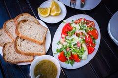 το γυαλί κερασιών λάχανων ανασκόπησης απομόνωσε το ωοειδές λευκό λαχανικών ντοματών ντοματών σαλάτας πιάτων μαρουλιού Στοκ φωτογραφίες με δικαίωμα ελεύθερης χρήσης