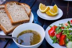 το γυαλί κερασιών λάχανων ανασκόπησης απομόνωσε το ωοειδές λευκό λαχανικών ντοματών ντοματών σαλάτας πιάτων μαρουλιού Στοκ Φωτογραφία