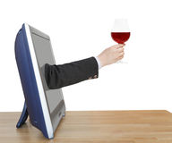 Το γυαλί κόκκινου κρασιού στο χέρι επιχειρηματιών κλίνει έξω τη TV Στοκ εικόνες με δικαίωμα ελεύθερης χρήσης