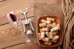 Το γυαλί, το ανοιχτήρι και το κύπελλο κόκκινου κρασιού με βουλώνουν Στοκ Εικόνα