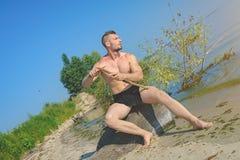 Το γυμνό άτομο στον επίδεσμο στο μηρό κάνει τη λόγχη Στοκ Εικόνες