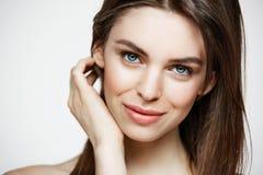 Το γυμνό νέο όμορφο κορίτσι με φυσικό αποτελεί την εξέταση χαμόγελου τη κάμερα πέρα από το άσπρο υπόβαθρο Cosmetology και SPA Στοκ εικόνες με δικαίωμα ελεύθερης χρήσης