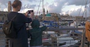 Το γυναίκα με το γιο που παίρνει τις φωτογραφίες κατά επίσκεψη του λιμένα στρέμματος, Ισραήλ φιλμ μικρού μήκους