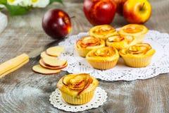 Το γλυκό μήλο αυξήθηκε κέικ Στοκ Εικόνες