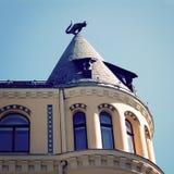 Το γλυπτό γατών στη στέγη Σπίτι γατών στη Ρήγα, Λετονία - εκλεκτής ποιότητας φίλτρο Στοκ Εικόνες
